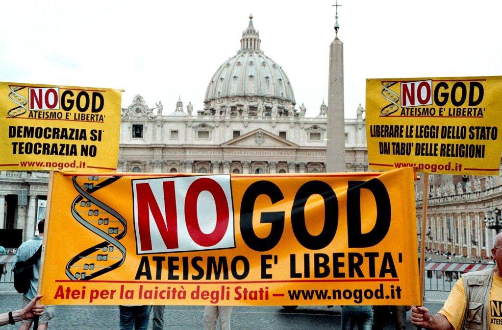 Ateístas protestam em frente ao Vaticano (AP Photo/Sandro Pace)