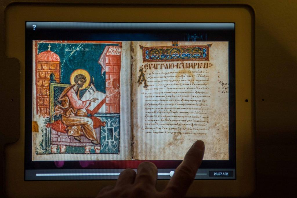 """Versão em grego, reproduzida em iPad, na mostra """"O Livro dos Livros"""", no Museu Terras da Bíblia, em Jerusalém"""