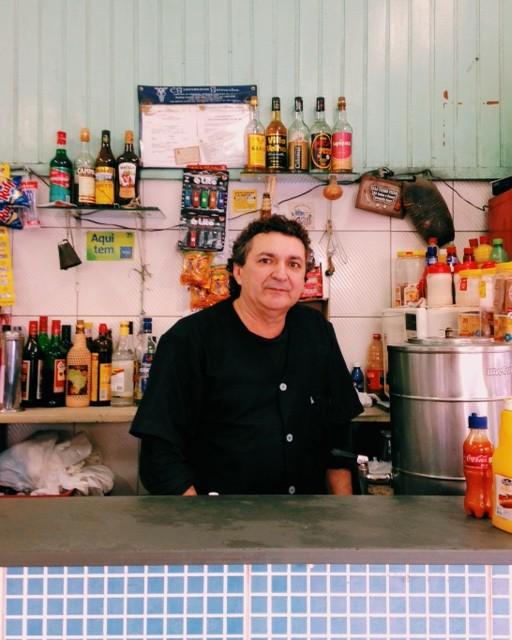 A bebida vem perdendo espaço no bar de Joaquim, 55: 'Pode ver, agora só tem pinga na metade da prateleira'