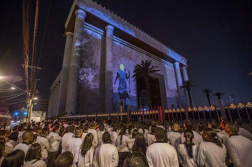 Os fiéis e o templo (Marlene Bergamo/Folhapress)