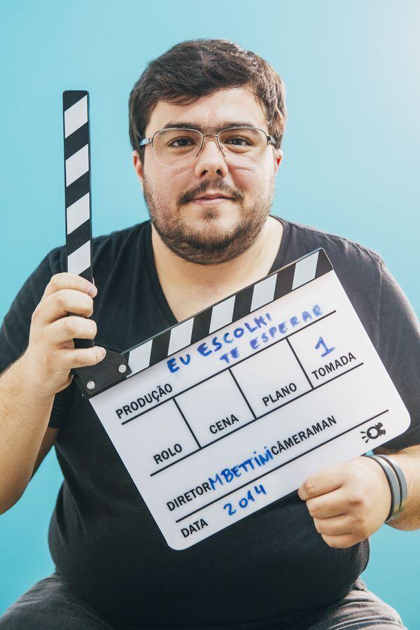 """Lucas Lima, 24, é zoado pelos amigos: """"Ih, o 'virjão'!"""" Gabriel Cabral/Folhapress)"""