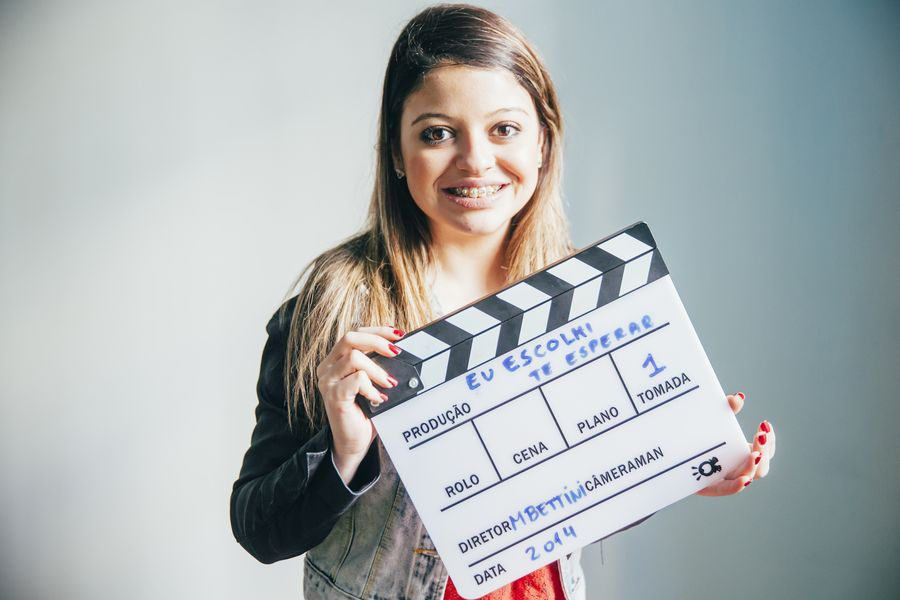 Larissa Felix, 18, prefere  ir ao cinema do que ficar sozinha em casa com o namorado (Gabriel Cabral/Folhapress)