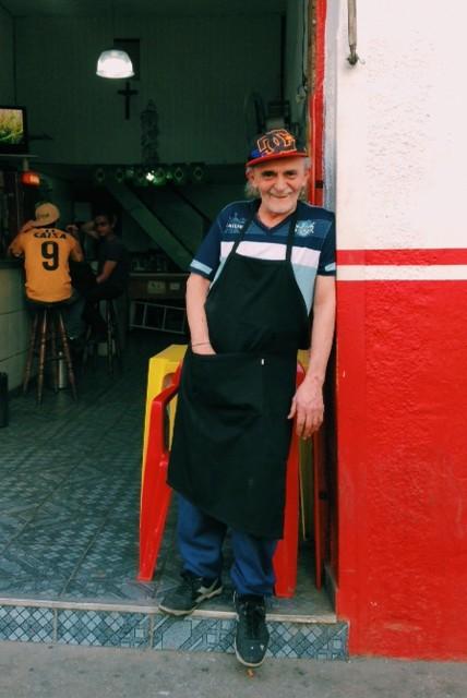 O dono do Bar do Lourival é uma exceção entre os comerciantes do entorno: não quer abrir mão