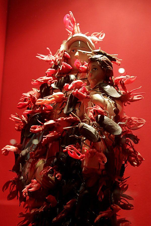 A Virgem Maria, coberta de baratas e escorpiões na exposição 'Erras de Deus' (Reinaldo Canato/UOL)